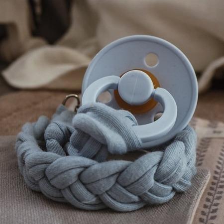 Hi Little One Warkoczykowa bawełniana zawieszka do smoczka baby blue