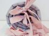 Ochraniacz gładki szary z pudrowo różowymi kokardami, Dolly